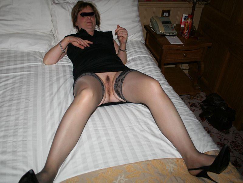 voisine mature salope nue sous sa jupe